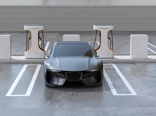 充電ステーションに充電している電動スポーツカーのイメージの写真素材 [FYI04614450]