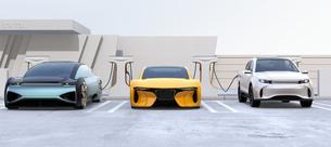 充電ステーションに充電している電動自動車の正面イメージの写真素材 [FYI04614453]