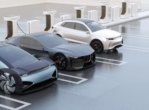 充電ステーションに充電している電気自動車のイメージの写真素材 [FYI04614455]