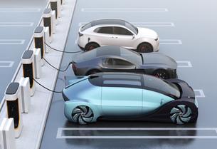 充電ステーションに充電している電気自動車の側面イメージの写真素材 [FYI04614457]