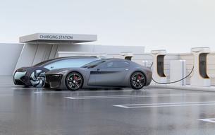 充電ステーションに充電している電気自動車の側面イメージの写真素材 [FYI04614459]