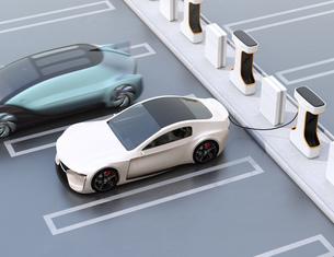 充電ステーションに充電している電気自動車の側面イメージの写真素材 [FYI04614462]