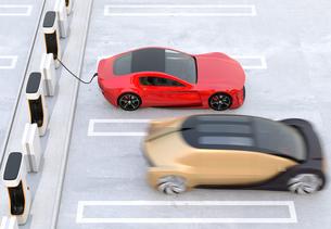 充電ステーションに充電している電気自動車の側面イメージの写真素材 [FYI04614464]
