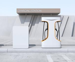 急速充電器とバッテリーが備えている充電ステーションの正面イメージの写真素材 [FYI04614465]