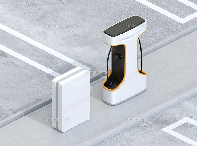 急速充電器とバッテリーが備えている充電ステーションのアイソメイメージの写真素材 [FYI04614469]