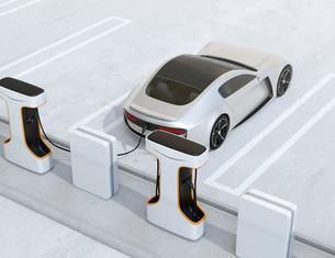 充電ステーションに充電している電動スポーツカーのイメージの写真素材 [FYI04614471]