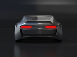 黒バックに艶消しブラックの電動スポーツクーペの後部イメージの写真素材 [FYI04614480]