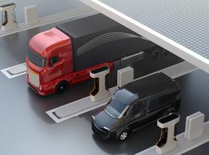 ソーラーパネルが備えている充電ステーションに充電している電動トラックのイメージ。の写真素材 [FYI04614485]