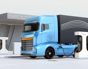 充電ステーションに充電している電動トラックのイメージ。の写真素材 [FYI04614487]