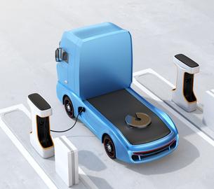 充電ステーションに充電している電動トラックのイメージの写真素材 [FYI04614489]