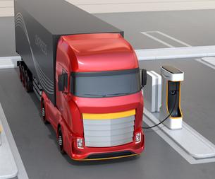 充電ステーションに充電している電動トラックのイメージの写真素材 [FYI04614491]