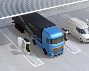 ソーラーパネルが備えている充電ステーションに充電している電動トラックのイメージの写真素材 [FYI04614493]