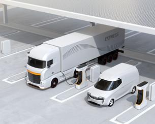 ソーラーパネルが備えている充電ステーションに充電している電動トラックのイメージの写真素材 [FYI04614494]
