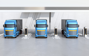 ソーラーパネルが備えている充電ステーションに充電している電動トラックの正面イメージの写真素材 [FYI04614496]