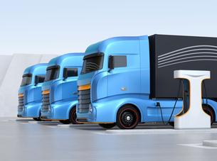 充電ステーションに充電している電動トラックのイメージの写真素材 [FYI04614499]