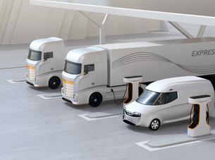 ソーラーパネルが備えている充電ステーションに充電している電動トラックのイメージの写真素材 [FYI04614500]