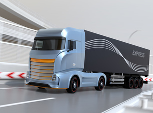 高速道路を走行する大型電動トラックのイメージの写真素材 [FYI04614505]