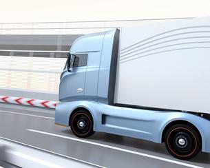 高速道路を走行する大型電動トラックのイメージの写真素材 [FYI04614507]