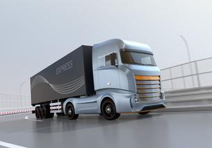高速道路のカーブを通過する大型電動トラックのイメージの写真素材 [FYI04614509]