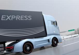高速道路を走行する大型電動トラックのイメージの写真素材 [FYI04614511]