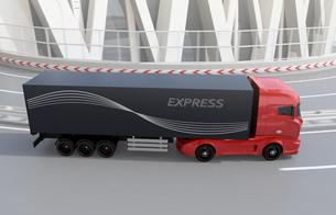 高速道路のカーブを通過する大型電動トラックの写真素材 [FYI04614513]