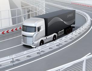 高速道路を走行する大型電動トラックのイメージの写真素材 [FYI04614514]