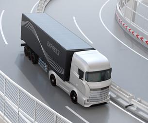 高速道路を走行するする大型電動トラック、コンテナにソーラーパネルが備えているの写真素材 [FYI04614517]
