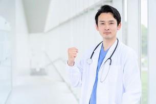 日本人男性医師の写真素材 [FYI04614551]