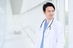 日本人男性医師の写真素材 [FYI04614554]
