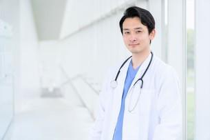 日本人男性医師の写真素材 [FYI04614556]