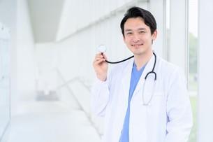 日本人男性医師の写真素材 [FYI04614558]