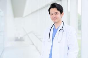 日本人男性医師の写真素材 [FYI04614560]