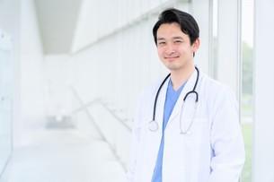 日本人男性医師の写真素材 [FYI04614561]
