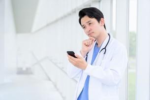 日本人男性医師の写真素材 [FYI04614564]