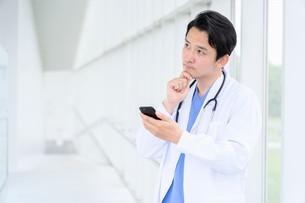 日本人男性医師の写真素材 [FYI04614565]