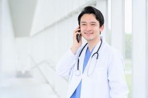 日本人男性医師の写真素材 [FYI04614570]