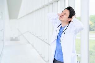 日本人男性医師の写真素材 [FYI04614579]