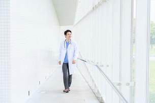日本人男性医師の写真素材 [FYI04614583]