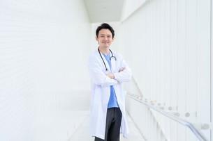 日本人男性医師の写真素材 [FYI04614588]