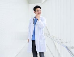 日本人男性医師の写真素材 [FYI04614597]