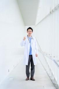 日本人男性医師の写真素材 [FYI04614600]