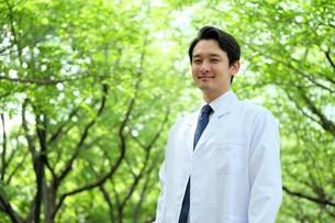 日本人男性医師の写真素材 [FYI04614606]