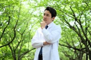 日本人男性医師の写真素材 [FYI04614635]