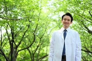 日本人男性医師の写真素材 [FYI04614638]