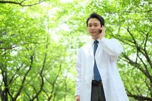 日本人男性医師の写真素材 [FYI04614662]