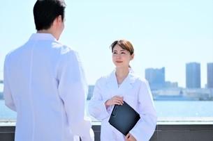 日本人男性、女性医師の写真素材 [FYI04614720]