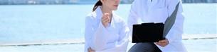 日本人男性、女性医師の写真素材 [FYI04614732]