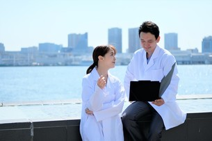 日本人男性、女性医師の写真素材 [FYI04614735]