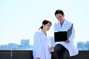 日本人男性、女性医師の写真素材 [FYI04614736]