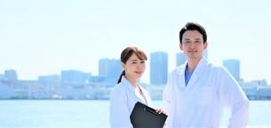 日本人男性、女性医師の写真素材 [FYI04614742]